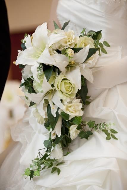 アートフラワーのウェディングブーケを持つ花嫁