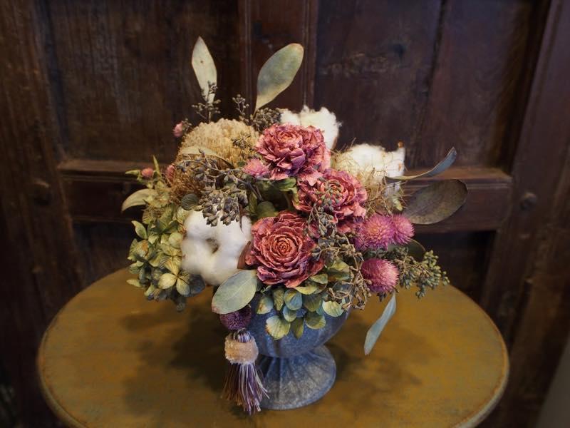 ブリキや陶器、花器にこだわったドライフラワーのアレンジメント