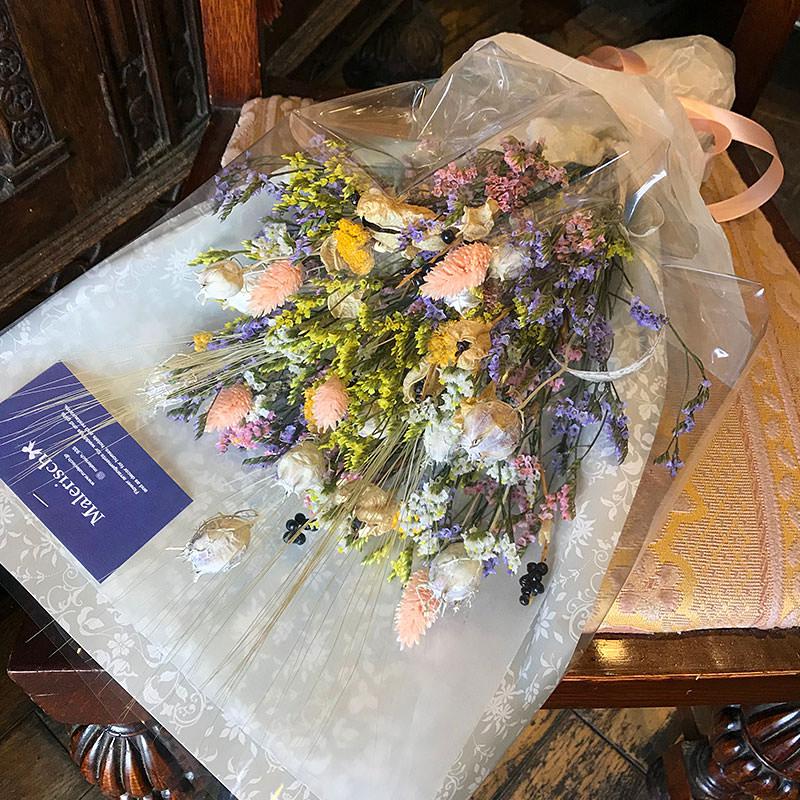 小花をまとめたカラフルキュートなドライフラワーのスワッグ