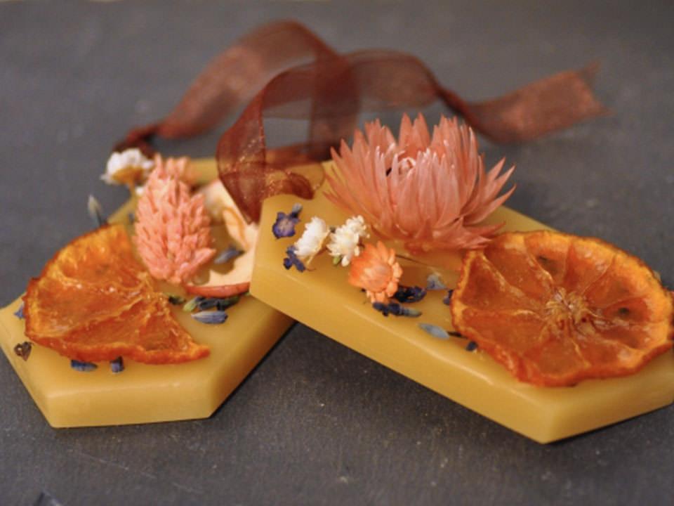人気のさまざまなドライフラワー、木の実、ドライフルーツなどを使い、アロマワックスバーを作ります!